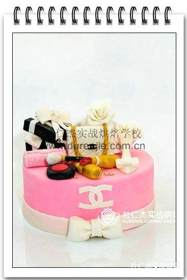 美女学西点蛋糕 齐品味优雅人生