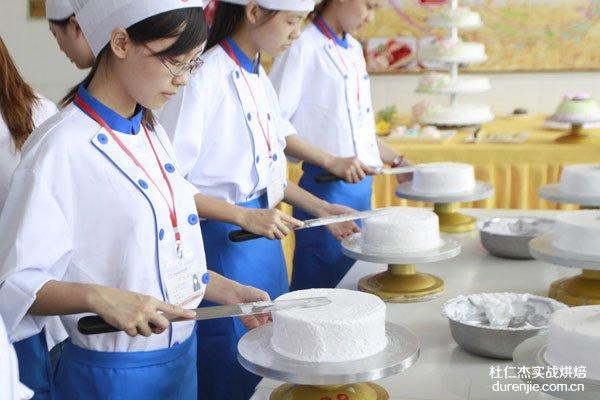 """女孩学西点蛋糕 不用""""清凉上阵""""也能找到好工作"""