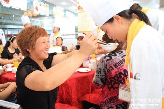 杜仁杰学子烹制美食献礼母亲节