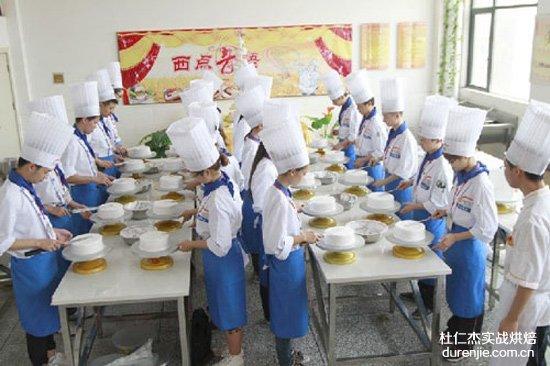 女孩学西点蛋糕 迎接开学季