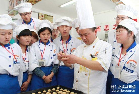 """杜仁杰学西点蛋糕 引导""""食""""尚主义"""